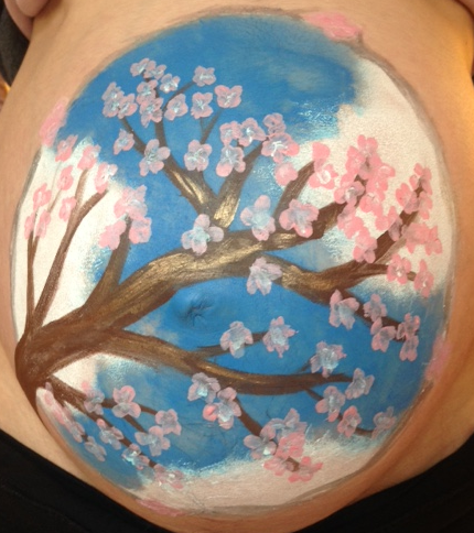 Belly painting avec une doula